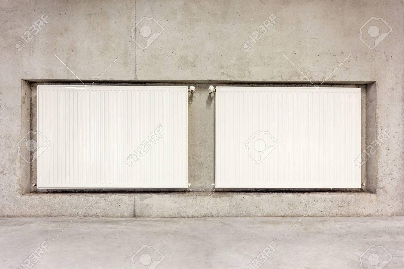 Auf Betonwand Hangen Zwei Heizkorper An Der Arbeit In Der Wand