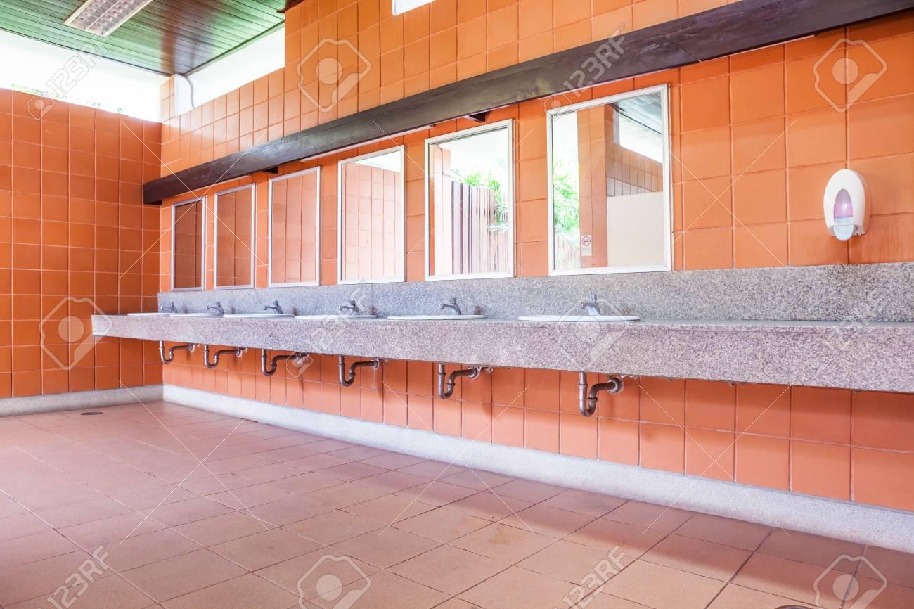 In un bagno in comune vi è una vasta selezione di lavandini con