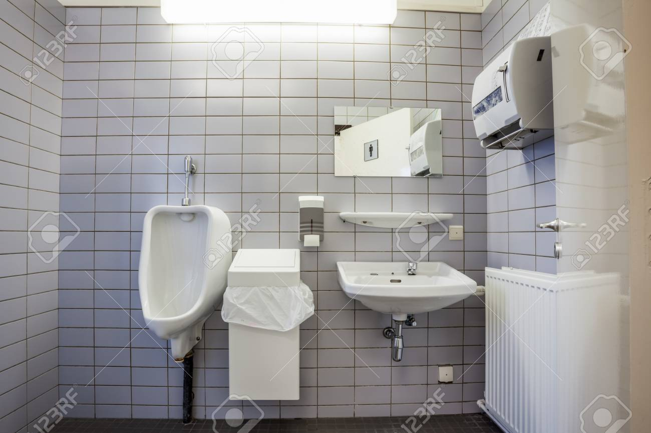 Waschbecken frau pinkelt in Die nächtliche