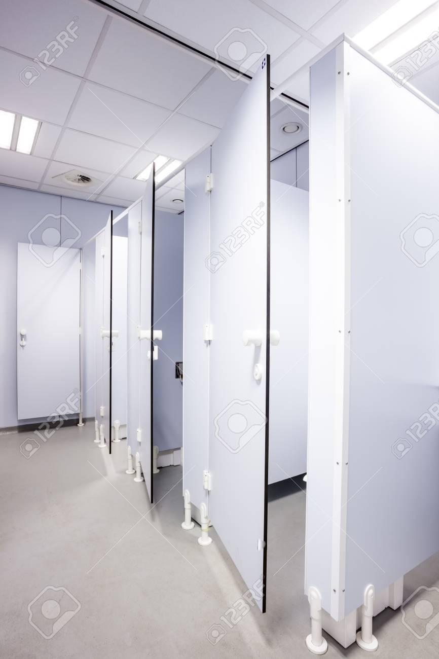Schwarze Türen in einem öffentlichen gebäude sind womans toiletten whit schwarze