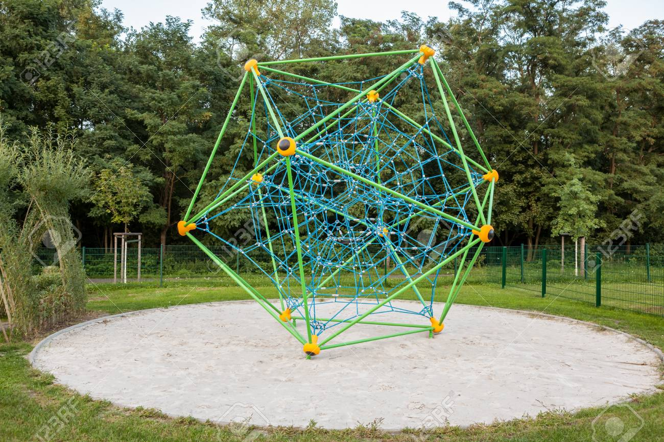 En El Parque En Alemania Es Este Rack De Escalada Para Jugar Niños ...