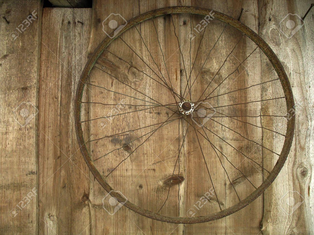 Ancienne Bicyclette ancienne roue de la bicyclette, qui pèse sur les plaques banque d
