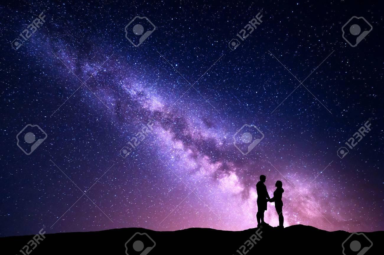 Vía Láctea Con La Silueta De La Gente. Paisaje Con El Cielo Nocturno ...