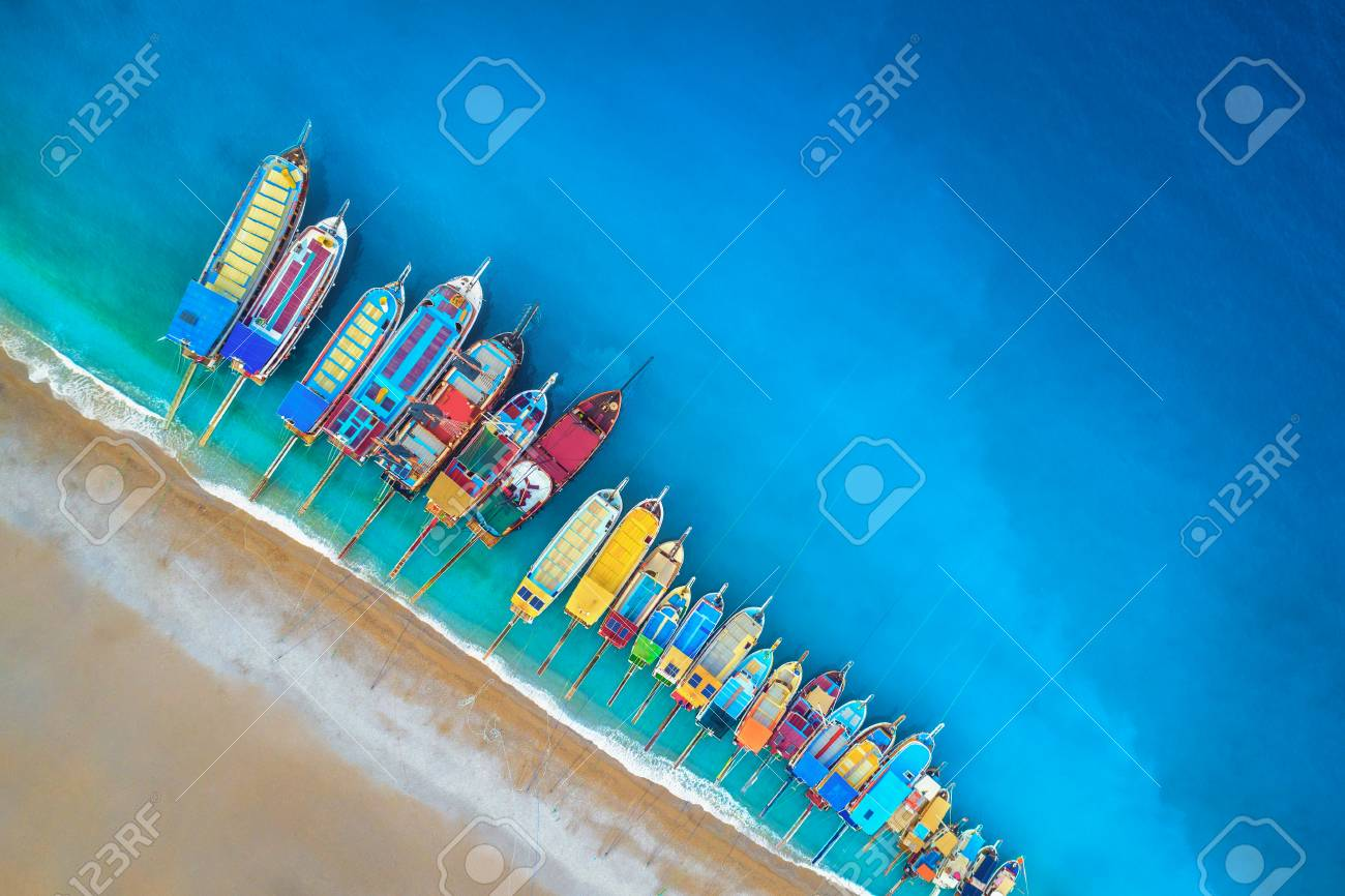 Colorati D Azzurro Chiaro barche. veduta aerea di barche colorate nel mare mediterraneo a Ölüdeniz,  in turchia. bellissimo paesaggio marino d'estate con navi, azzurro chiaro e
