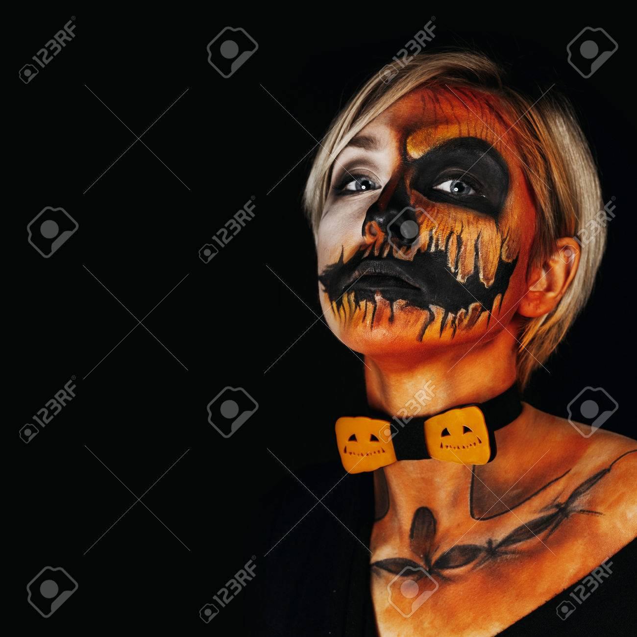 Halloween Schminken Deutsch.Halloween Portrait Of Body Art Pumpkin Girl With Pumpkin Bowtie