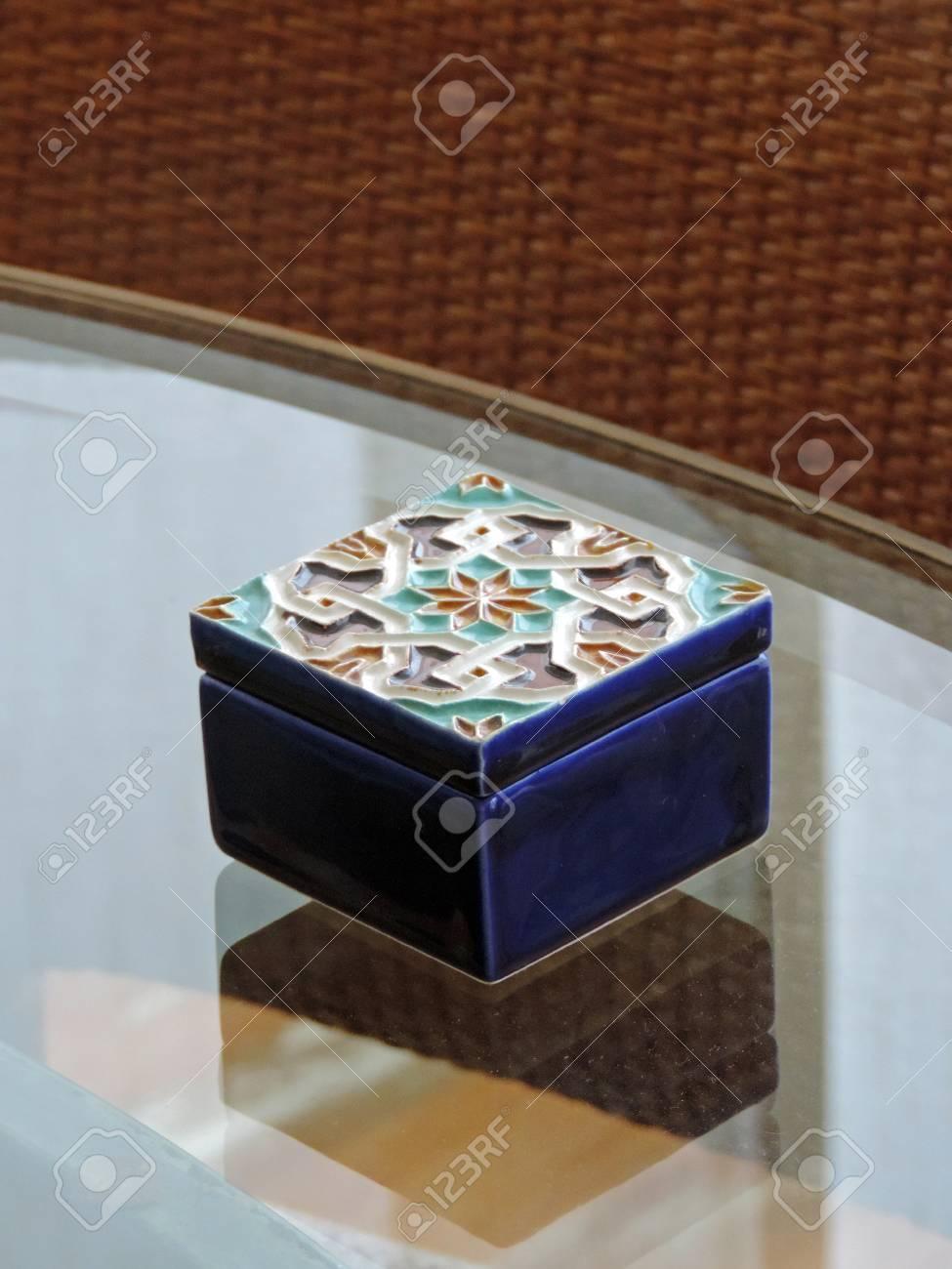 Une Verre Surface Petite Décorée Boîte Sur En fYby67g