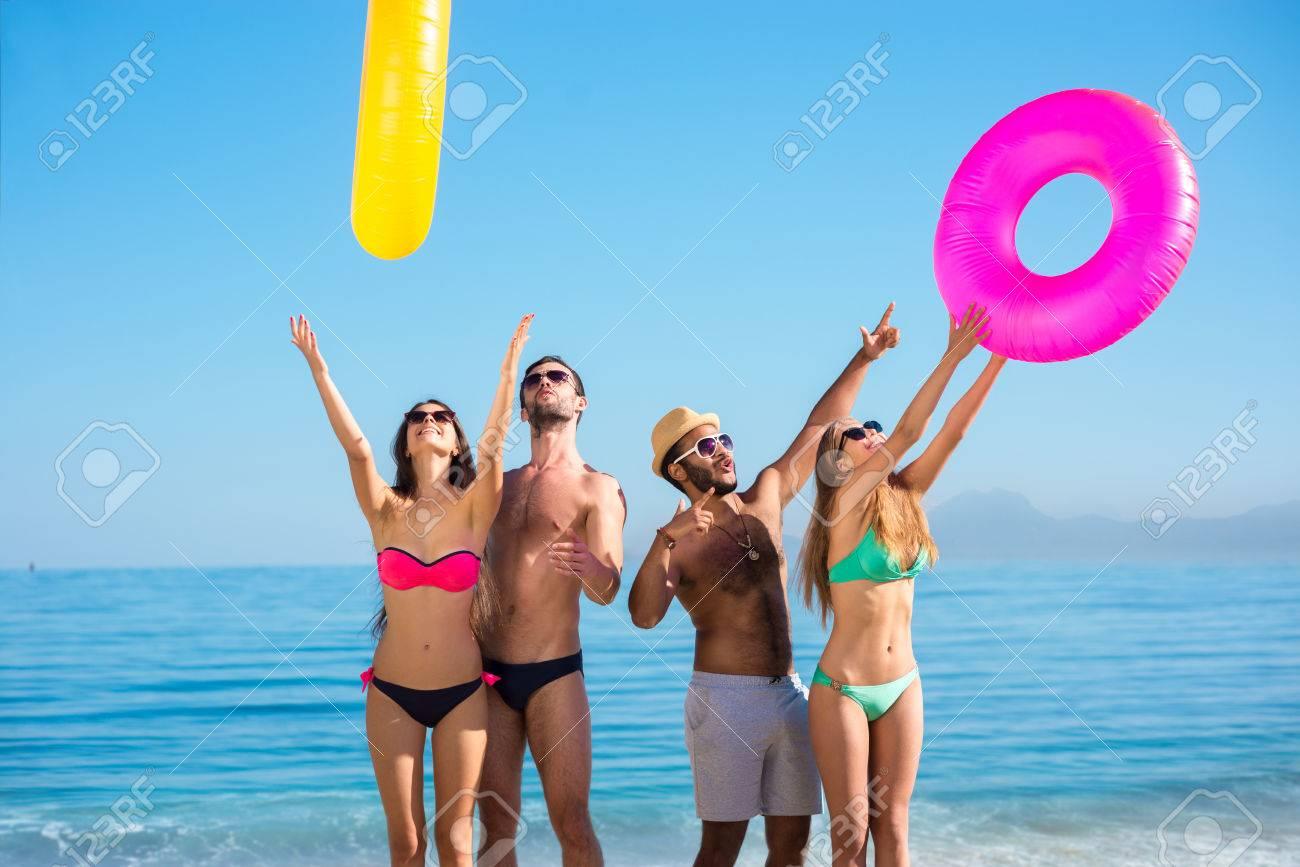 FotoMorfosis - Página 4 48745015-hermosas-chicos-y-chicas-en-la-playa-salvaje-feliz-compa%C3%B1%C3%ADa-va-a-lo-largo-de-la-playa-chicos-familiariz