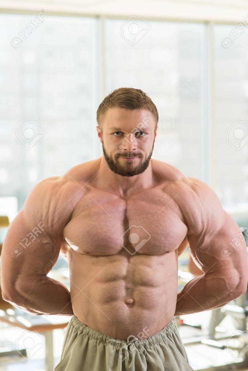 Muskuläre Bodybuilder. Starke Sportler Im Fitness Studio ...