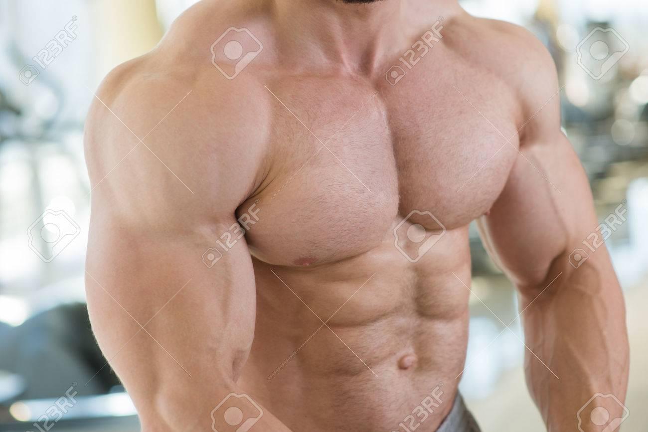 Muskulösen Oberkörper Und Arme. Bodybuilder Mit Riesigen Muskeln ...