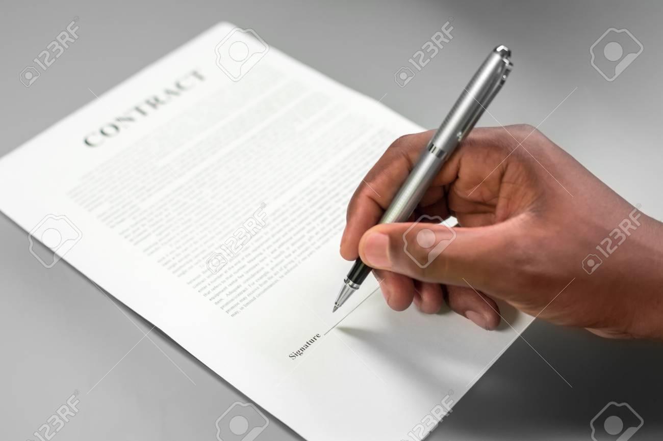 Afro Mann Einen Vertrag Unterzeichnet Ausleihen Große Geld Achtung