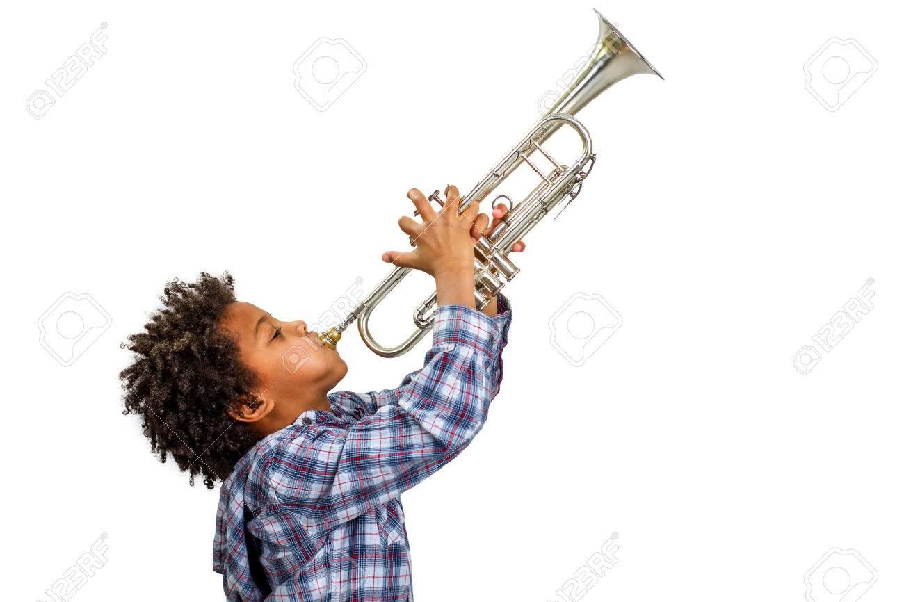 ★★★ [PARTICIPATIONS] Concours du meilleurs dessinateur || La musique 53049685-jeune-artiste-joue-fi%C3%A8rement-la-trompette-boy-improvise-sur-la-trompette-trumpet-jouer-le-blues-