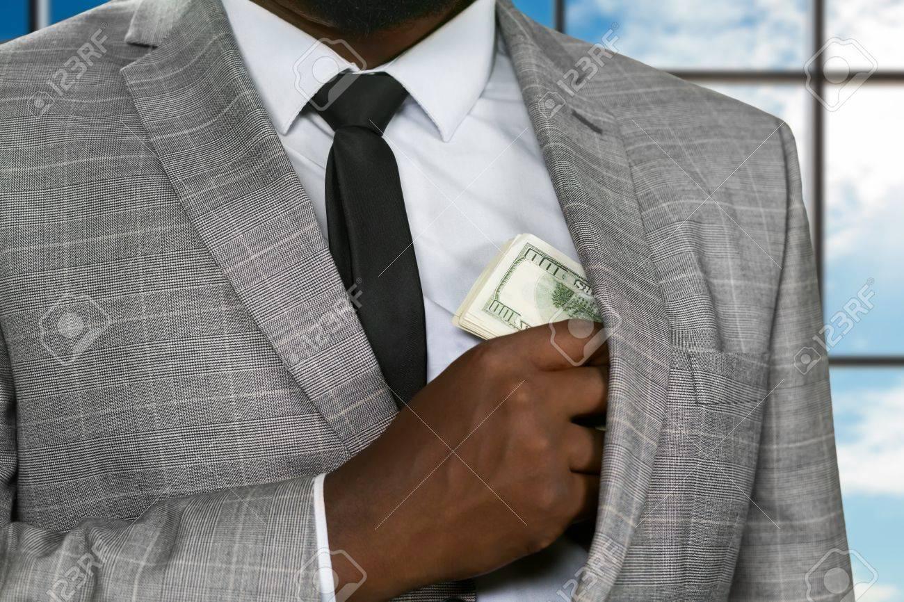 Afroamerikanischen Büroleiter Versteckt Geld Schwarz