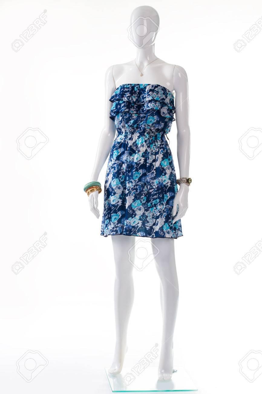 Robe bleue sur mannequin blanc. Mannequin femme en robe vintage. Bustier  rétro robe et les accessoires. élégant costume d\u0027été jeune dame.