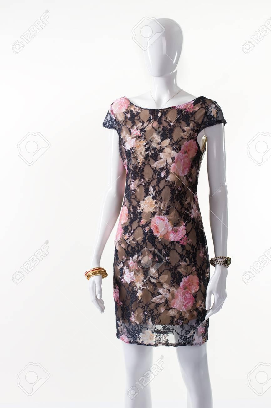 3ee0344850 55415254-vestido-floral-oscuro-en-maniquí-maniquí-de-mujer -en-traje-oscuro-modelo-de-flor-del-vestido-de-noche-ro.jpg