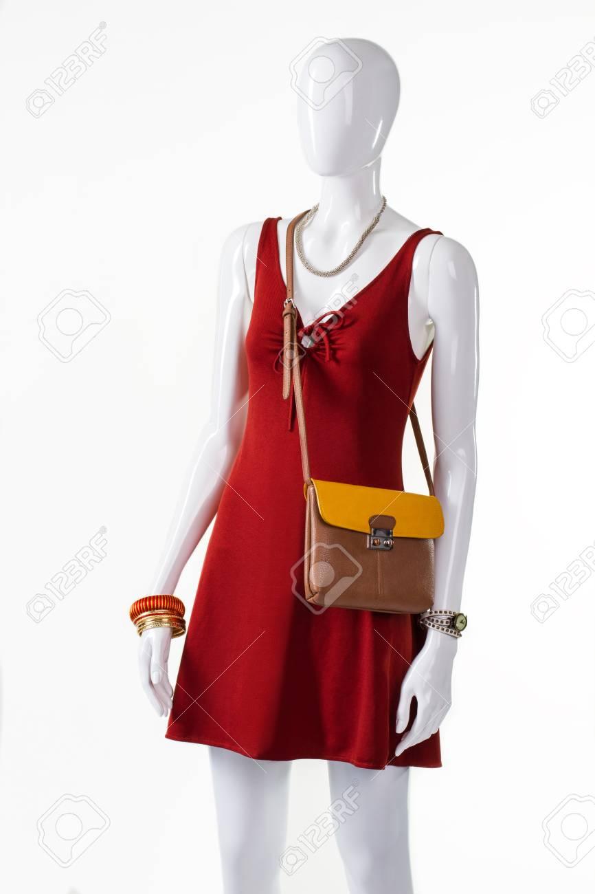 Robe de trou de serrure rouge avec sac à main. Mannequin femme portant sac à main mince. Tenue décontractée avec accessoire pratique. tenue d'été avec