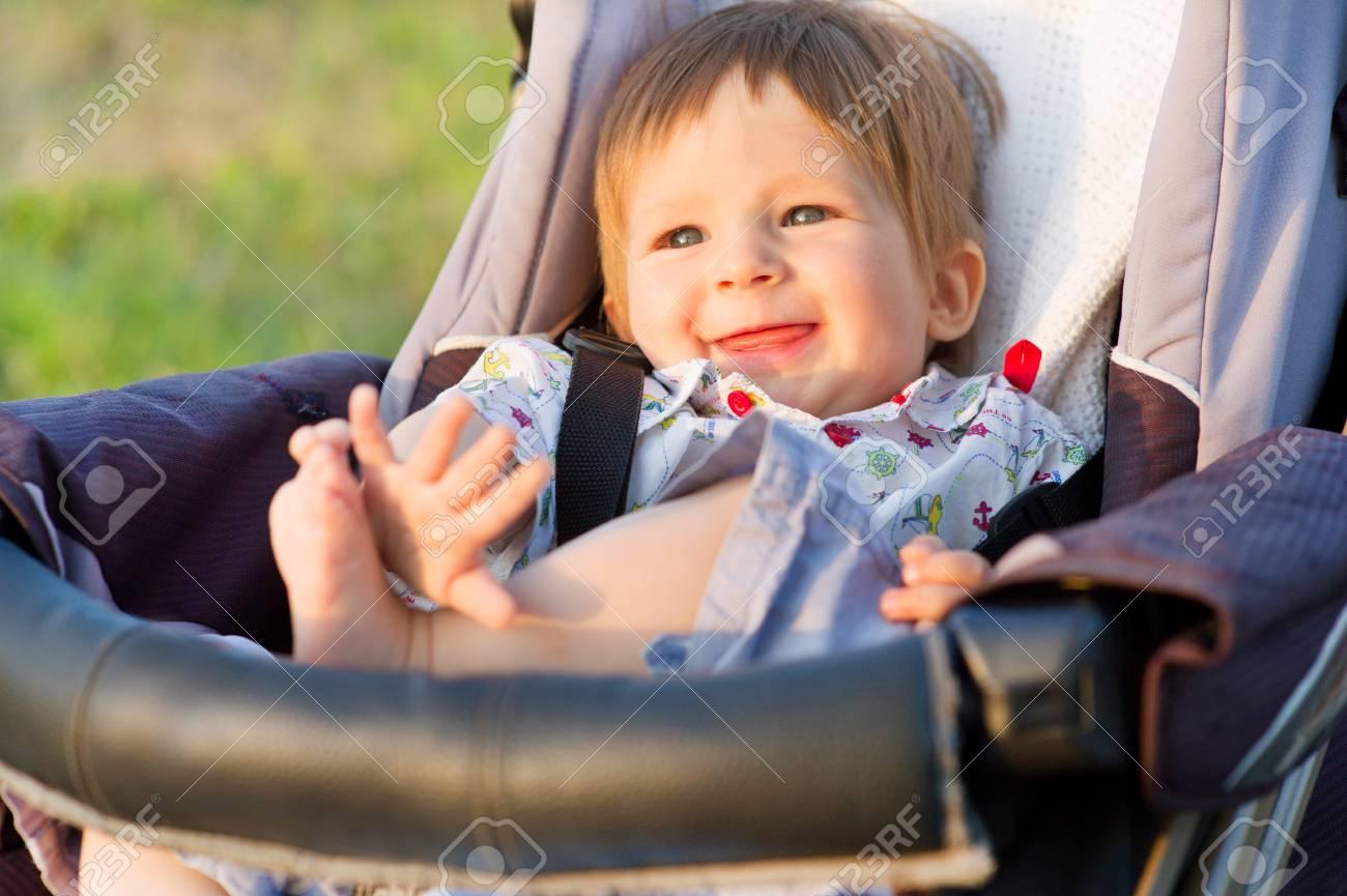Un bebé es arrojado por error, dentro de su cochecito, al