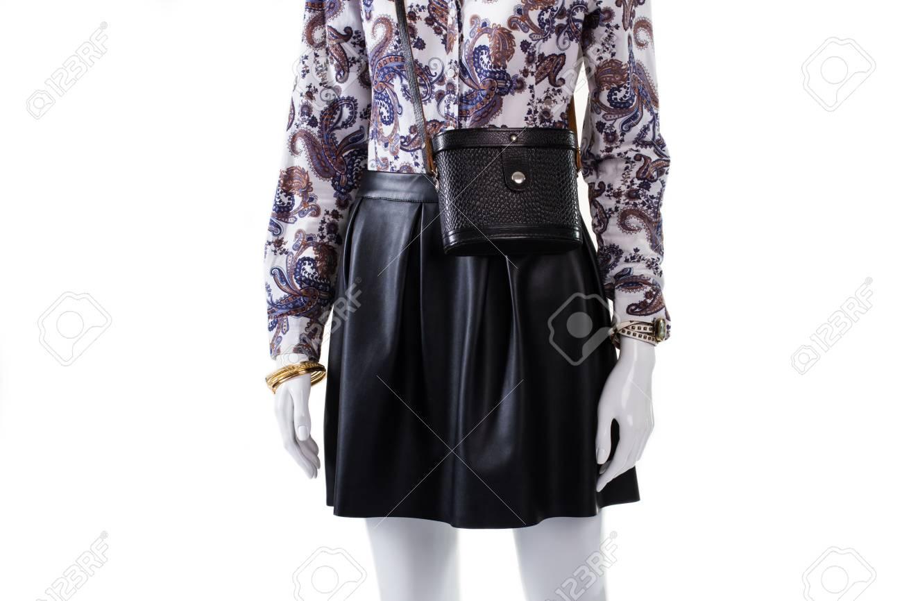 Mannequin portant bourse et montre. sac à main vintage Femme avec la  montre. Jupe en cuir et accessoires vintage. Printemps tenue de soirée sur