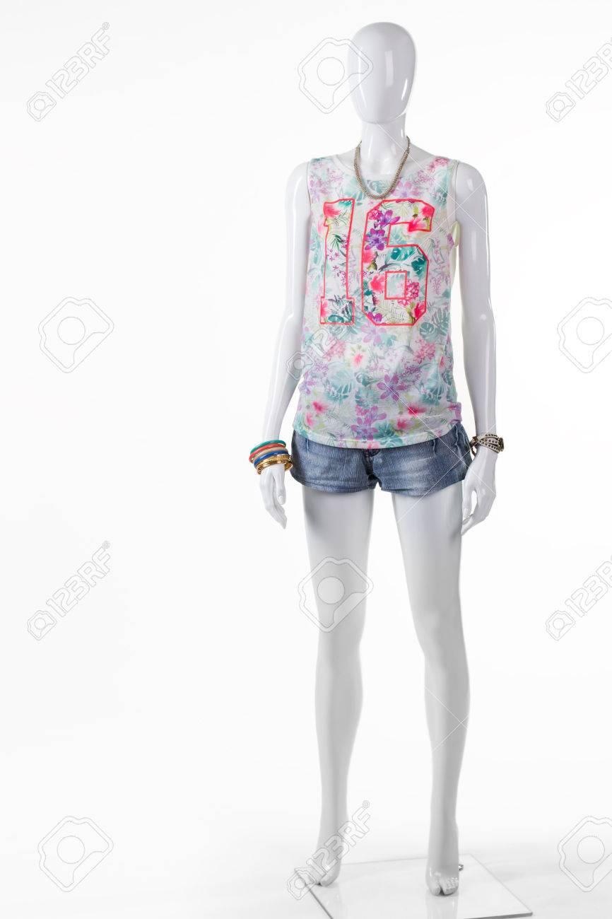 Short en denim bleu de femme. Summer short en jean sur mannequin. top coloré avec un short en jean. collection d'été en magasin de sortie.