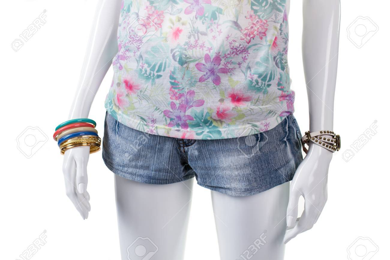 Haut et poignet accessoires floraux. Denim mini short sur mannequin. petit short d'été de la femme. Combinaison de vêtements élégants.