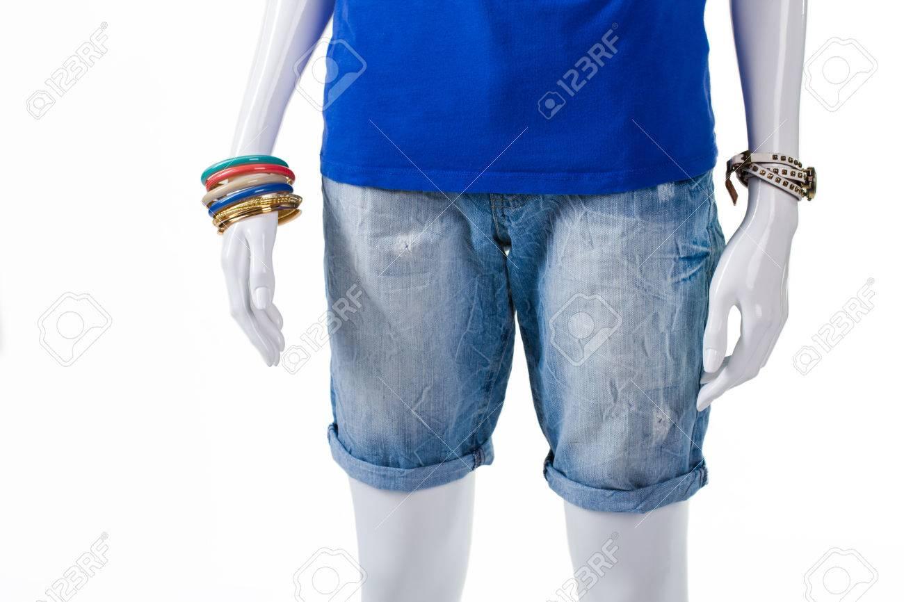 Longues short en jean lumière de femme. short en jean long sur mannequin. Short de haute qualité et des accessoires. Shorts d'été de la nouvelle