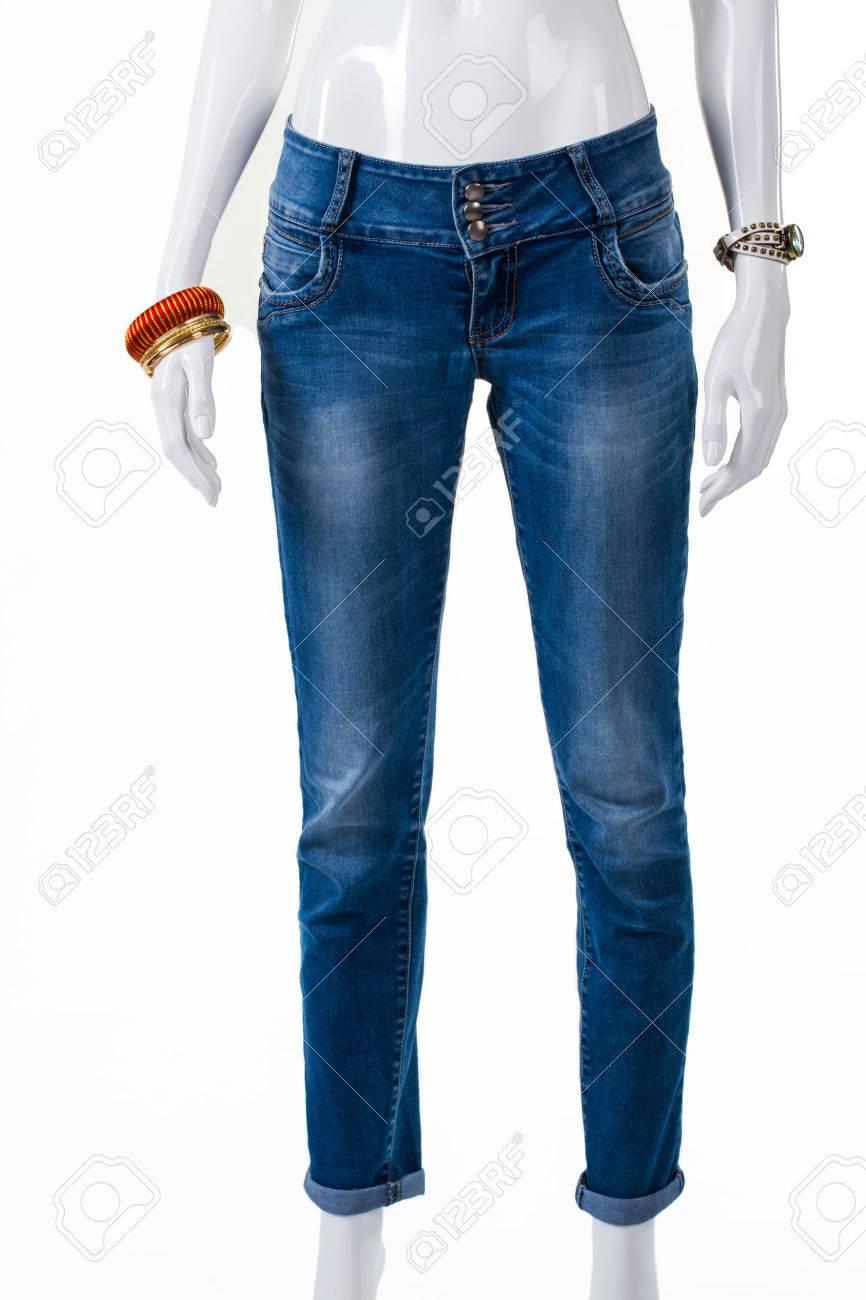 04eb8e6240 Foto de archivo - Jeans y accesorios de la muñeca delgada. Maniquí vestido  con pantalones vaqueros con las pulseras. pantalón azul ocasionales en  pantalla.