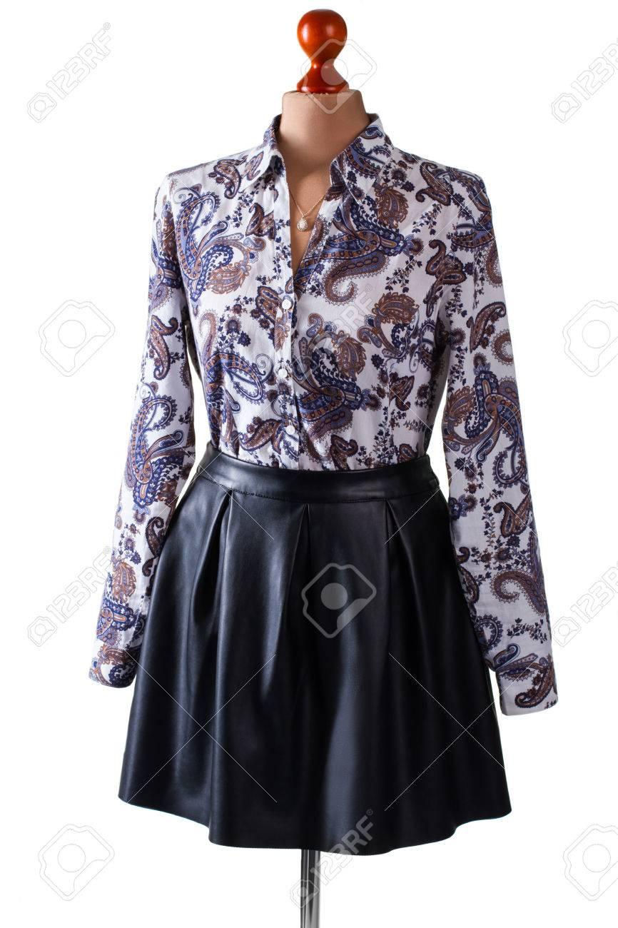 Jupe en cuir noir et chemise. Jupe et chemise sur mannequin. casual tenue de soirée de la femme. vêtements de printemps élégant en vente.