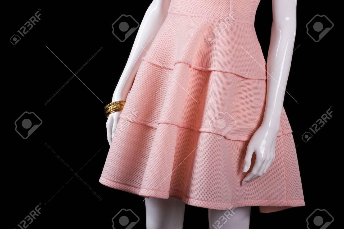 Vestido Corto De Color Salmón Con Las Pulseras. Vestido De Noche ...