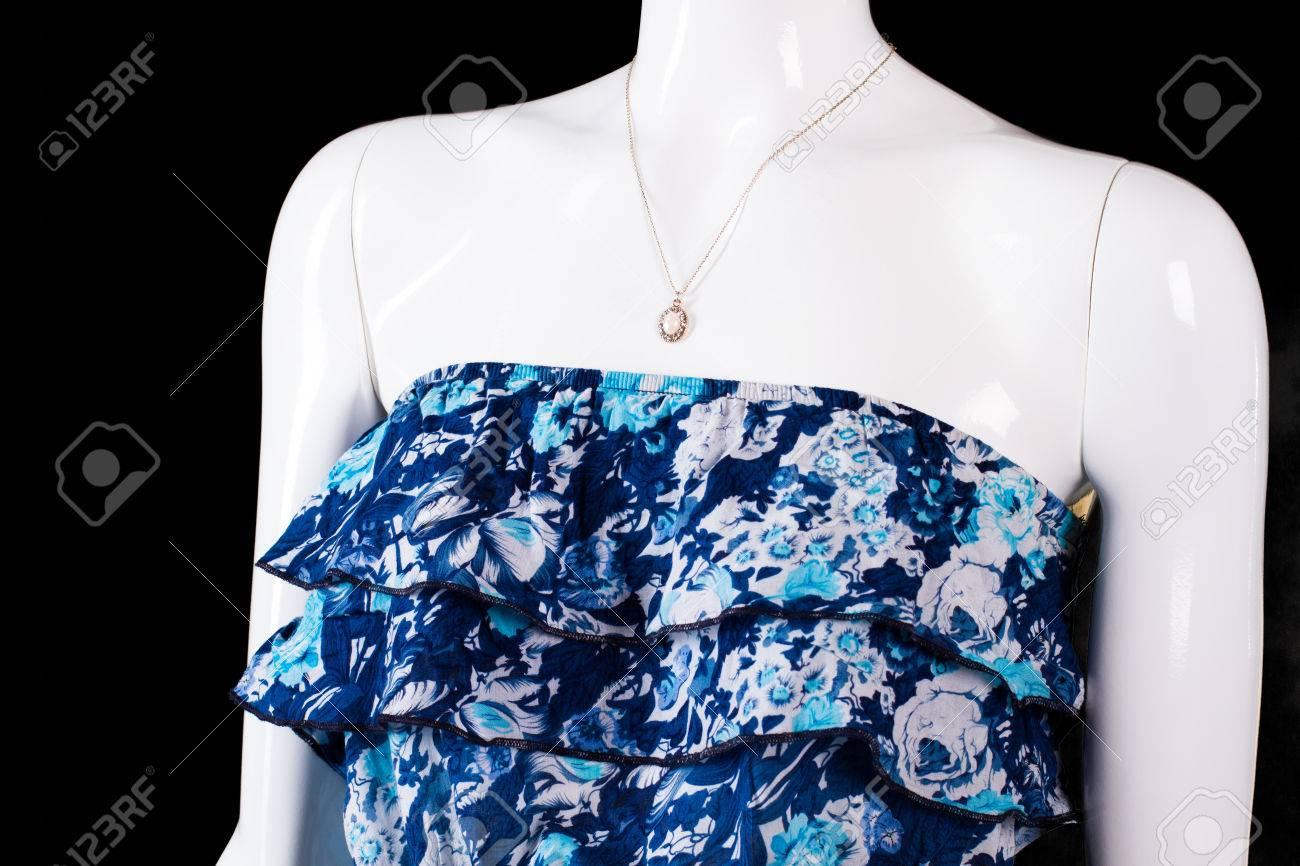 Trägerloses Blaues Kleid Und Anhänger. Kleine Halskette Auf Weißem ...