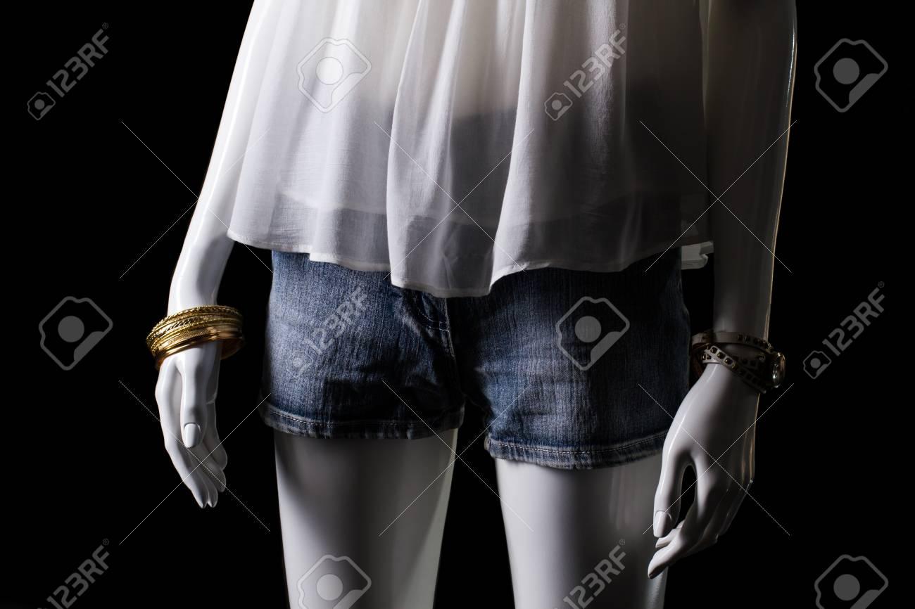 Short en jean et haut blanc. Mannequin femme en short en jean. Femme de shorts d'été et des accessoires. vente saisonnière de vêtements.