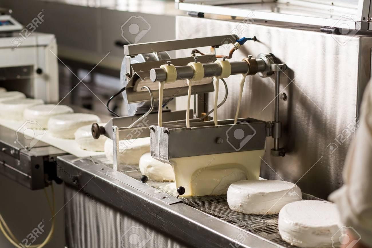 Weiss Kuchen Auf Dem Forderband Maschine Giessen Flussigkeit Auf