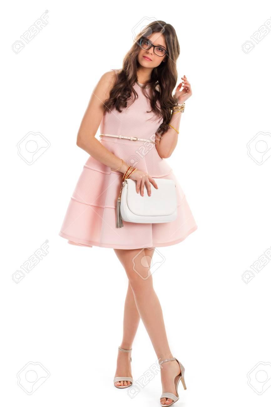 Mujer En Vestido De Color Rosa Claro Señora Joven En Los Vidrios Vestido De Color Salmón Con El Cinturón Blanco Equipo De La Tarde Con Los Zapatos