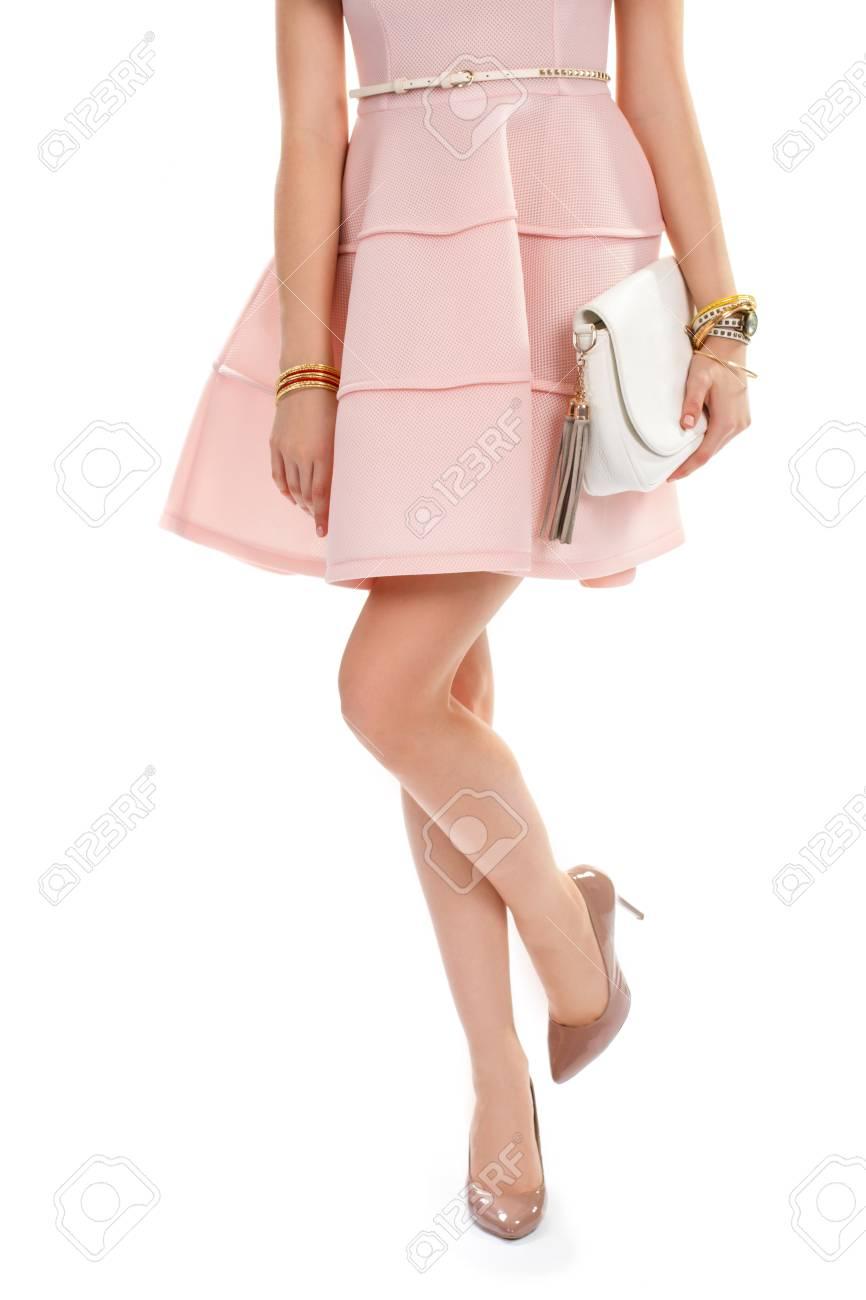 La Mujer En Zapatos De Tacón De Color Beige Vestido Corto De Color Salmón Y La Bolsa Conjunto De Accesorios De última Moda Marca De Ropa Nueva