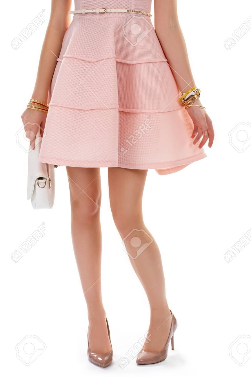 Dama En Zapatos De Tacón Color Beige Vestido De Color Salmón Y Pulseras Coloful Costoso Calzado Brillante Bolso Blanco Y Cinturón De Cuero