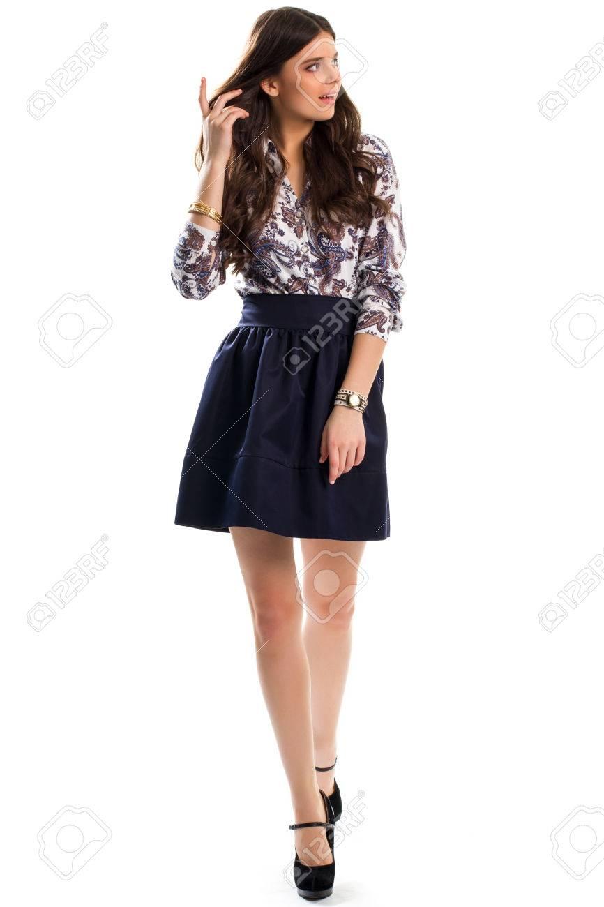 ceb5935d16 Foto de archivo - Mujer en camisa está caminando. camisa de estampado de  flores y falda. zapatos de tacón de ante. Señora bonita que toca el pelo.
