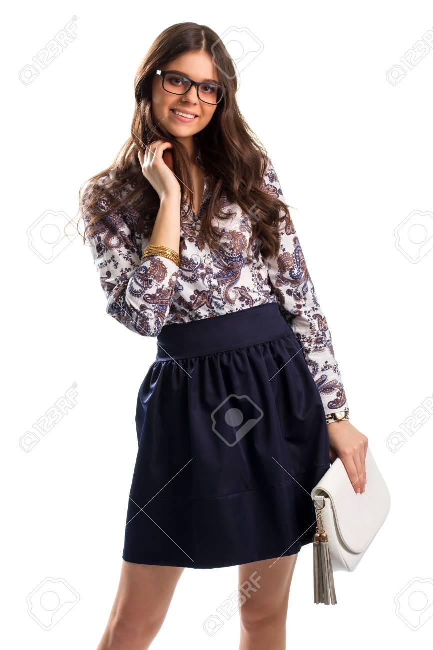 8848da553 La muchacha desgasta la camisa de flores. Mujer joven en vidrios sonríe.  falda azul marino oscuro y accesorios. La belleza de las emociones puras.