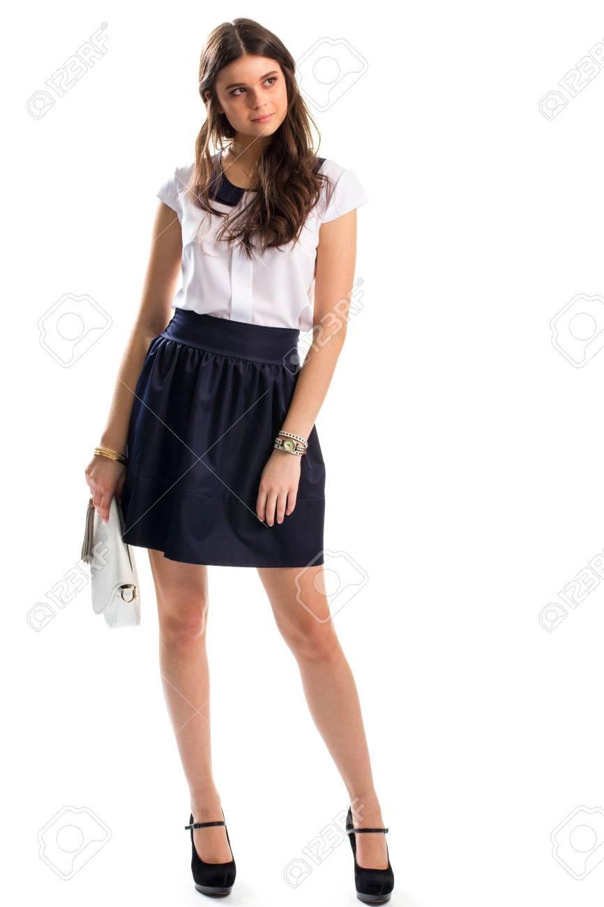 ec058a8f2 Señora en falda azul marino. bolso y zapatos de tacón de embrague. blusa de  algodón de manga corta. Como un aspecto atractivo.