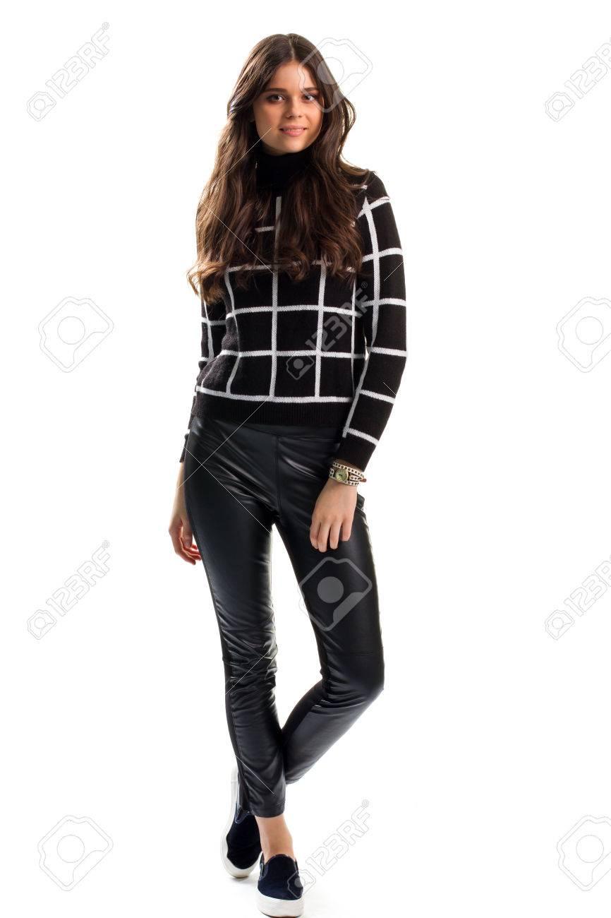 1fece5365a3b Mujer en la camiseta a cuadros negro. ons del resbalón y pantalones. ropa  informal para el otoño. Marca nuevos pantalones de cuero.