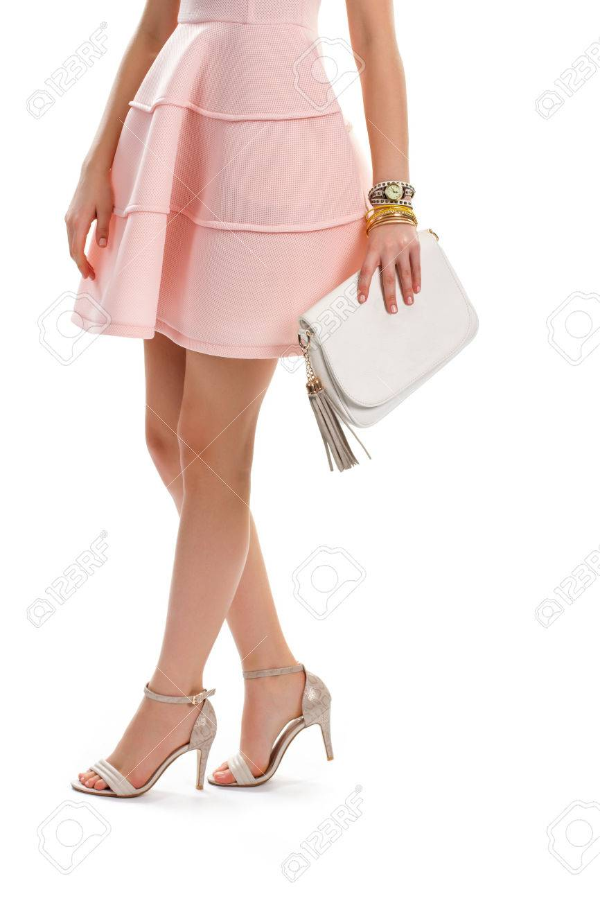 7d1d176fb4 Dama vestida de salmón. Zapatos de tacón beige y bolso. Traje de noche con
