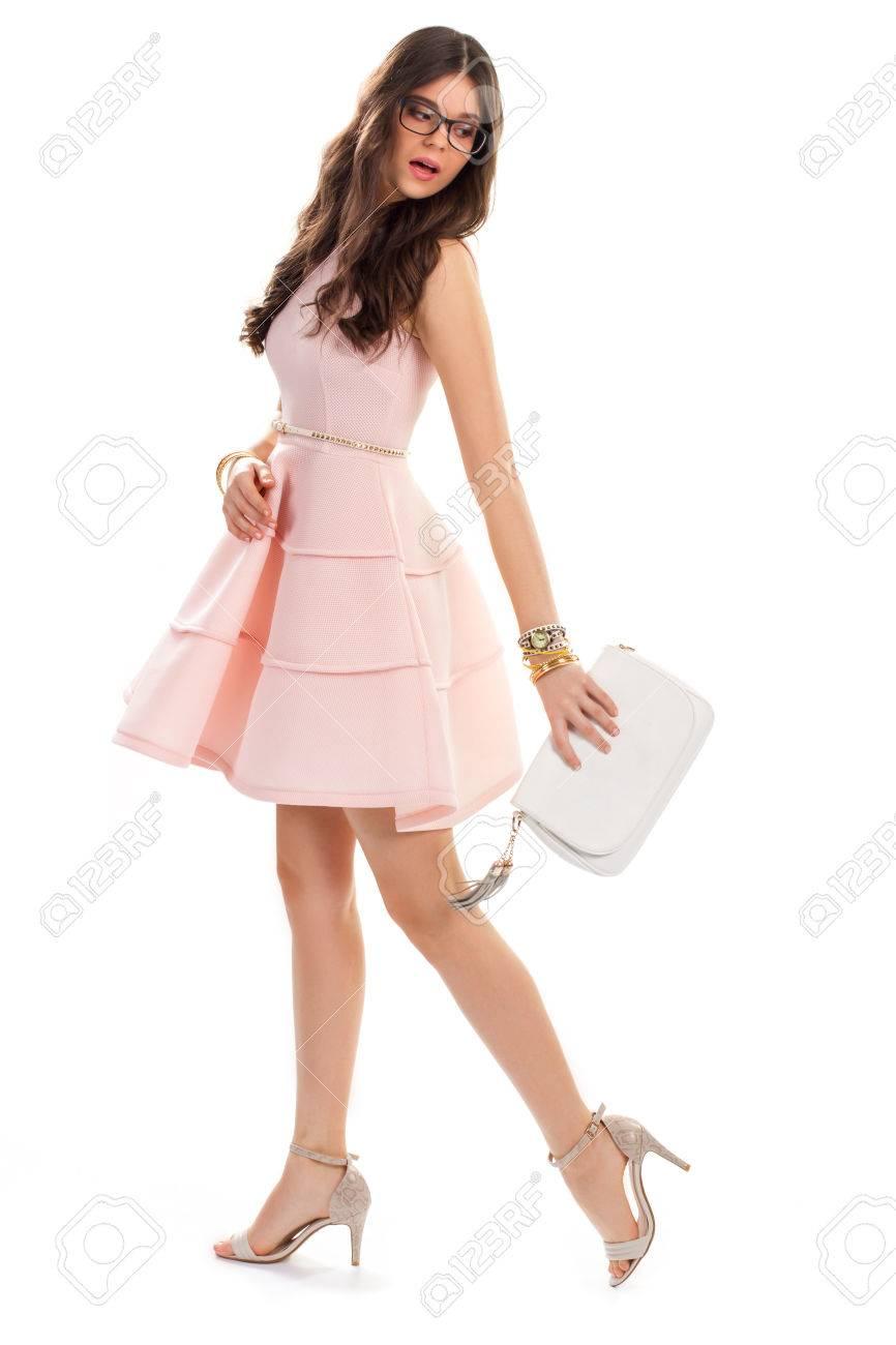 Mujer En Vestido De Salmón Casual Muchacha Bonita En Vidrios Zapatos De Tacón Alto Y Vestido Corto Traje De Fiesta De Verano Con Los Accesorios