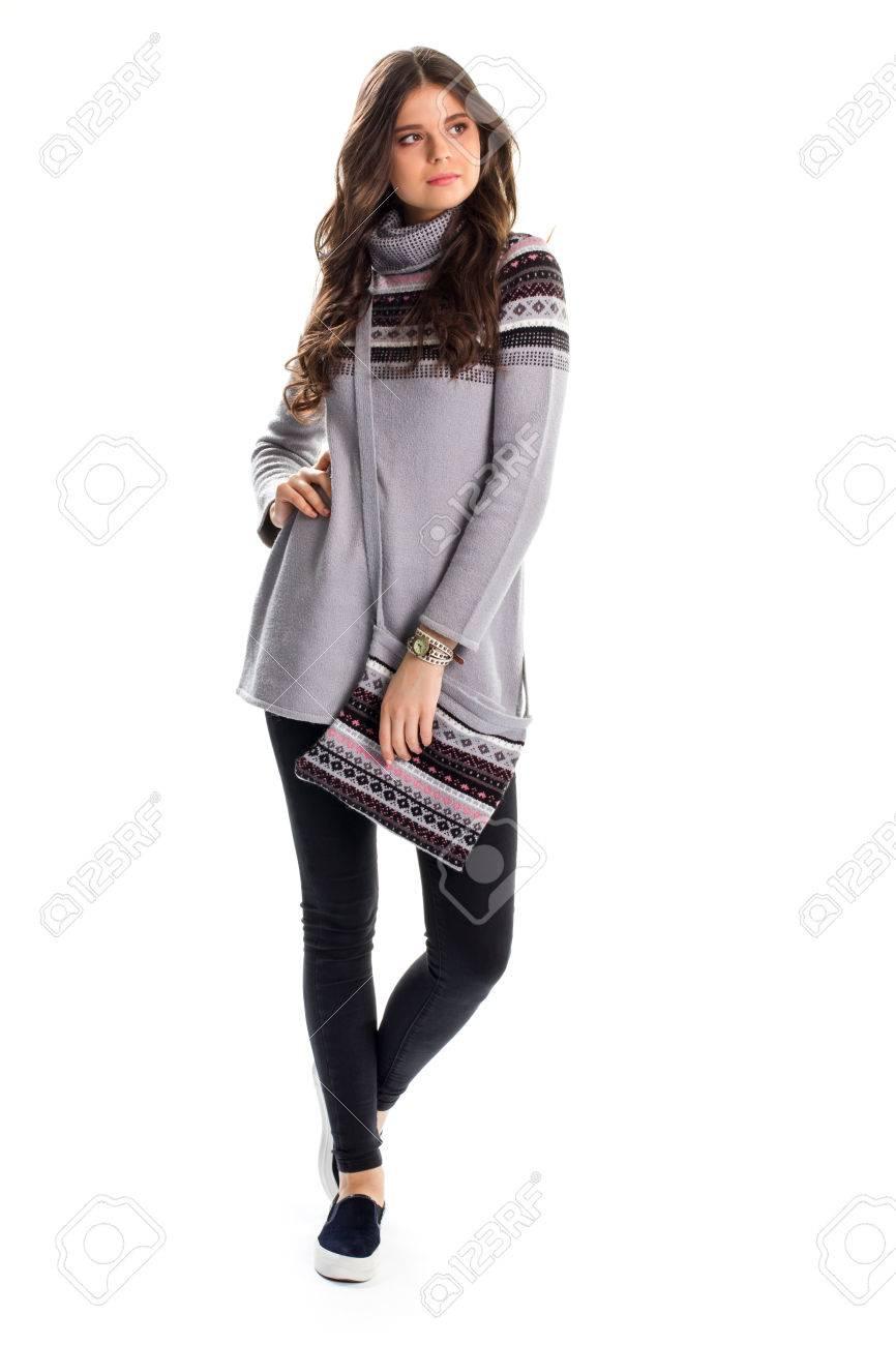 b4ed6274ed0 Dama de largo jersey gris. Black slip ons y pantalones. Ropa casual para el