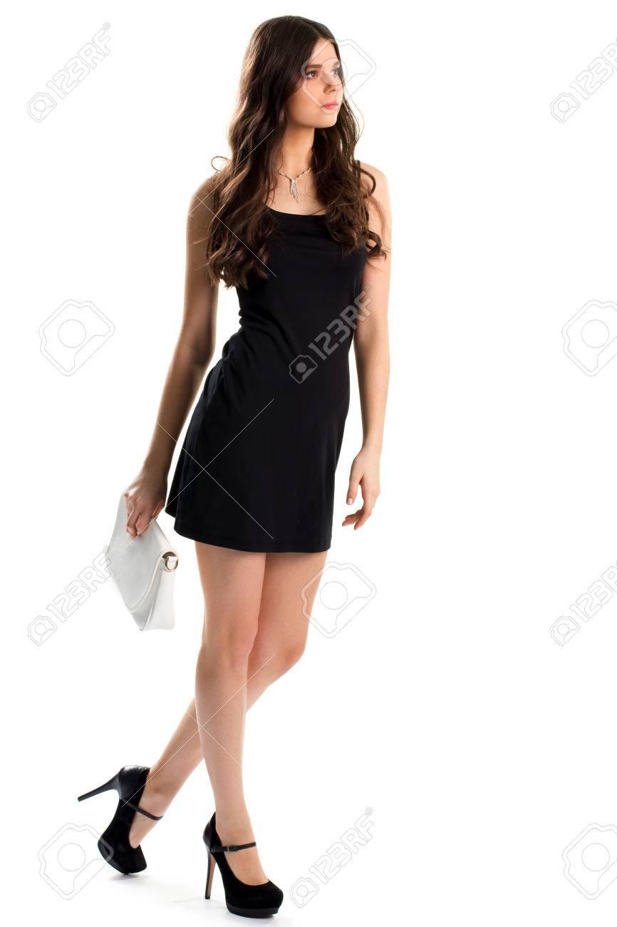 Mujer En Vestido Negro Corto Zapatos Oscuros Con Tacones Altos Ropa De Diseñador Y Joyas Costosas Modelo Joven Y Bonita