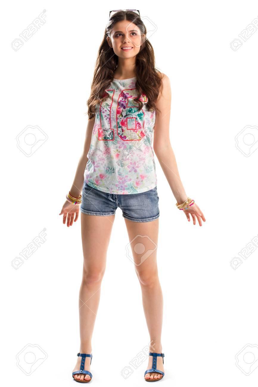 2fdf73624cddb8 Femme en débardeur sourire. short en jean et bleu sandales. Top élégant  avec impression. tenue d'été avec des bracelets colorés.