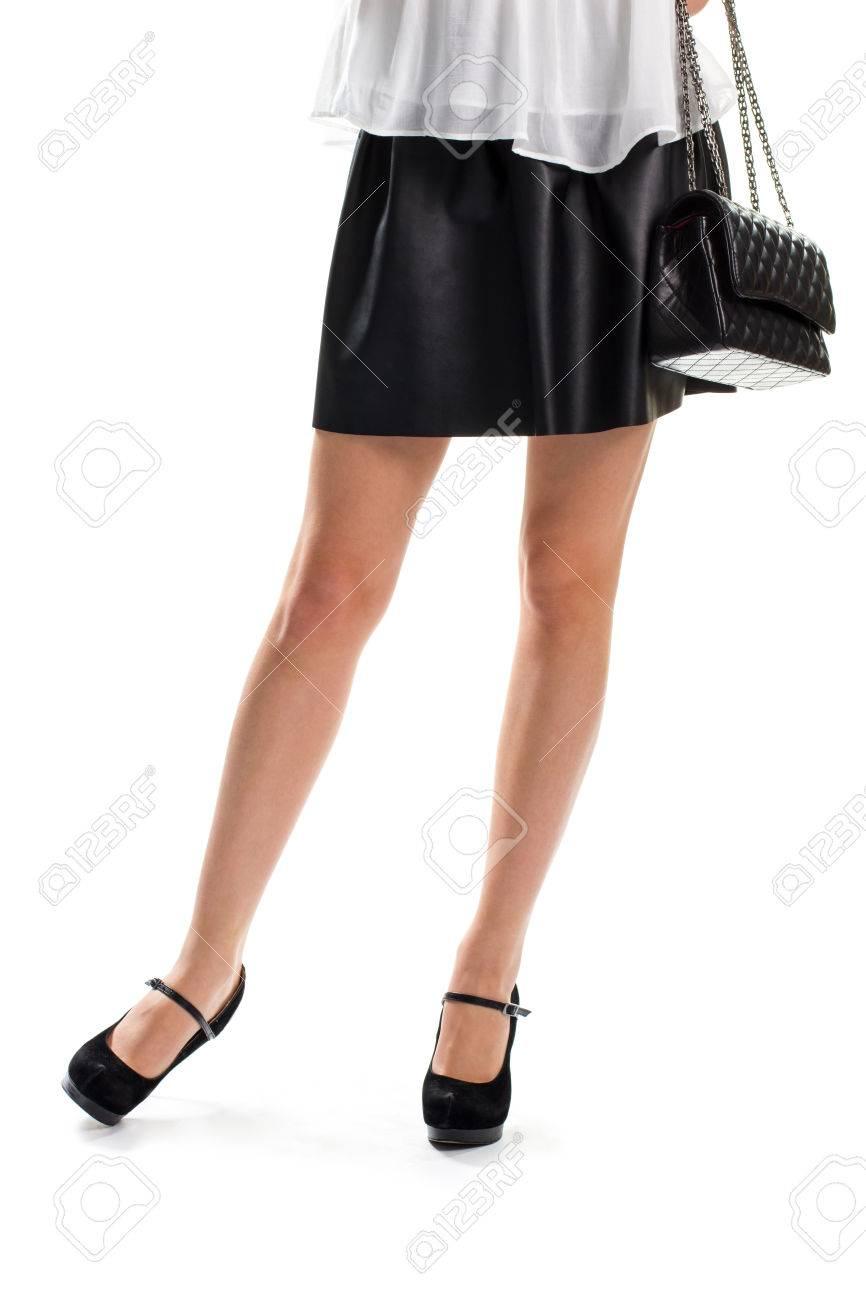 4db415c89d7542 Banque d images - Femme en jupe courte. Jupe noire et un sac. sac à main en  cuir matelassé et des chaussures. Sac à main de la nouvelle collection.
