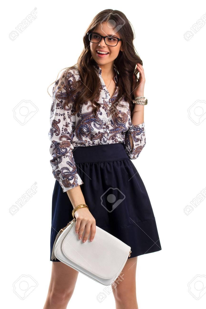 4b2eb6aef Mujer en la sonrisa de camisa florales. señora joven de gafas. traje casual  con el bolso. La alegría y la risa.