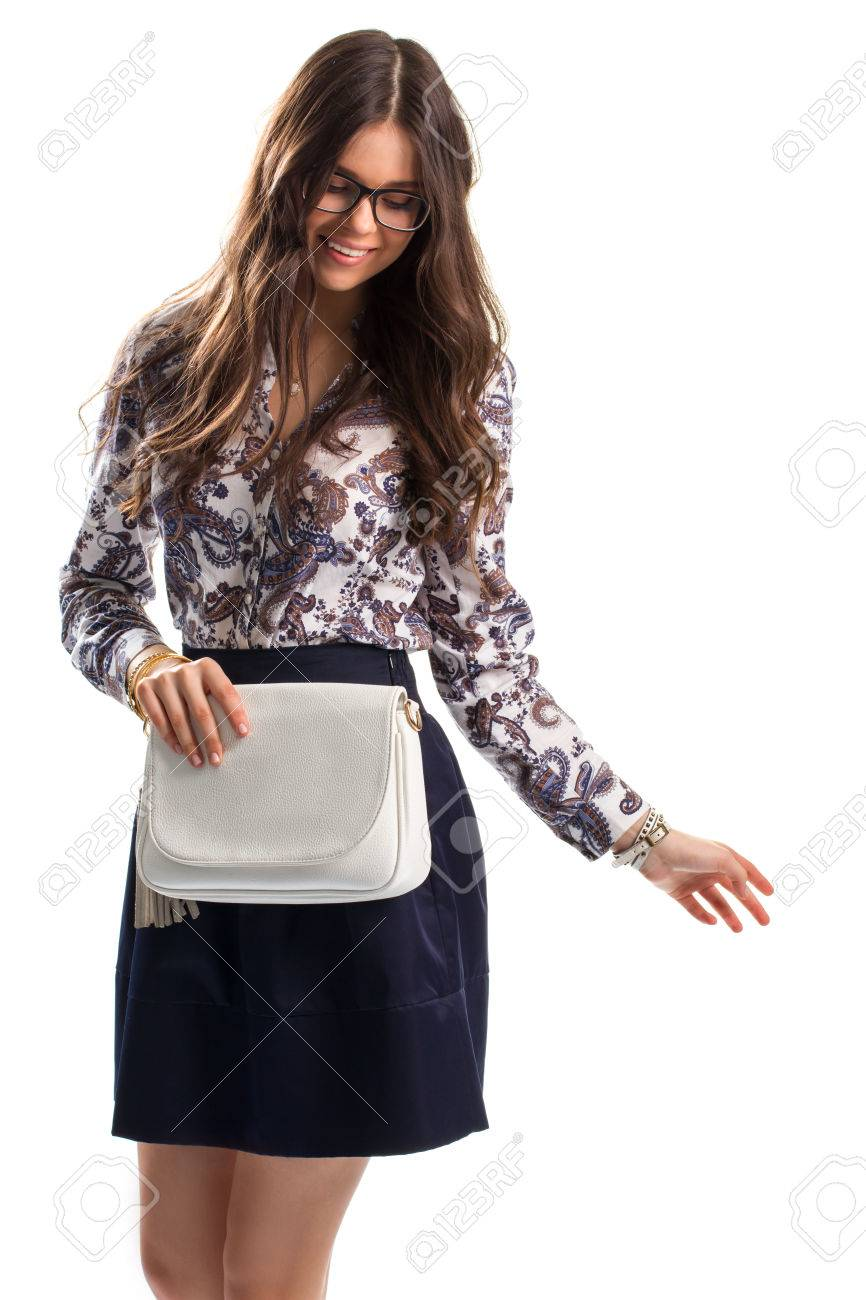 726486d53 Señora en camisa de flores sonriendo. Camiseta con estampado y falda.  Modelo en vidrios está presentando. La facilidad y estilo.