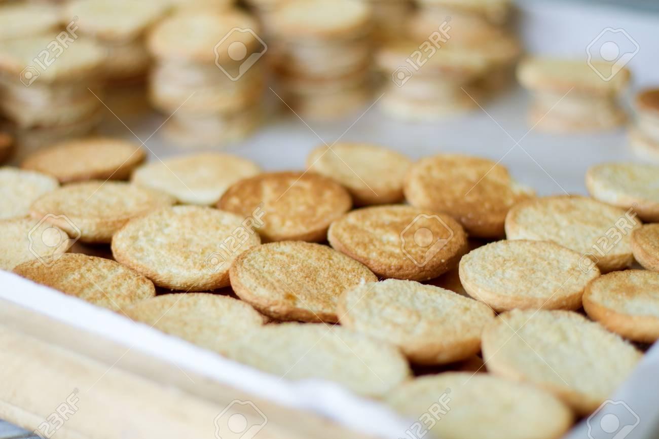 Biscuits Jaunes Ronds Beaucoup De Biscuits Patisserie Chaude Et Croustillante Comment Faire Un Dessert Facile Banque D Images Et Photos Libres De Droits Image 63715326