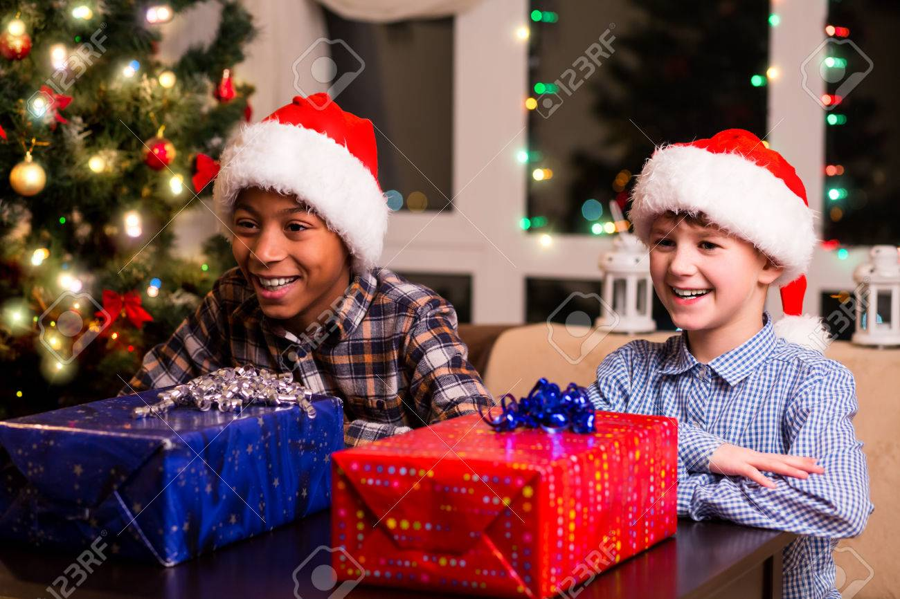 Regalo Di Natale Per Ragazzo.Due Ragazzi Con I Regali Di Natale Ragazzi In Attesa Di Aprire I Regali E Cosi Difficile Aspettare Pochi Secondi Prima Gioia