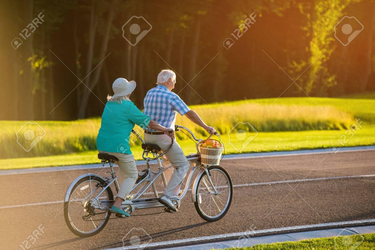 Coppia Maggiore Bicicletta Tandem Bici Sulla Strada Più Veloce Del Vento Il Corridore Dentro Di Me