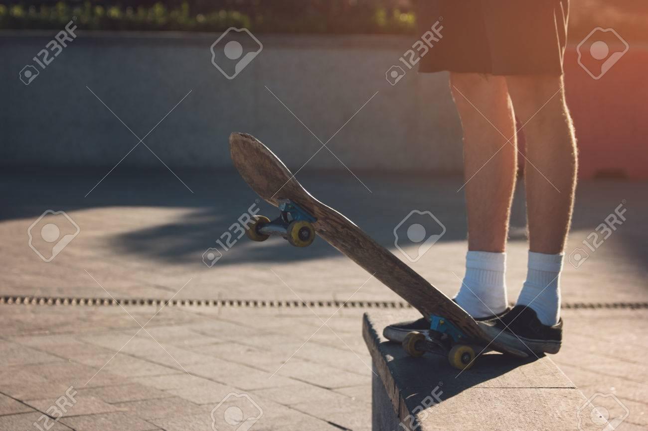 Pie De Pie En El Patin Skater Con Pantalones Cortos El Andar En Monopatin Como Estilo De Vida Mi Ciudad Es Mi Campo De Juego Fotos Retratos Imagenes Y Fotografia De Archivo