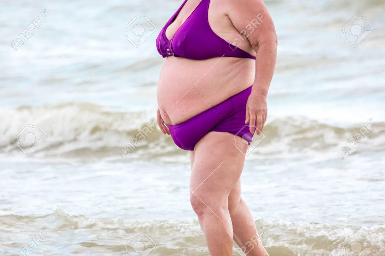 meilleure sélection obtenir de nouveaux comment commander Grosse dame sur la plage. Femme obèse portant un maillot de bain. Changez  votre style de vie pour devenir plus sain. Risque accru de développement de  ...